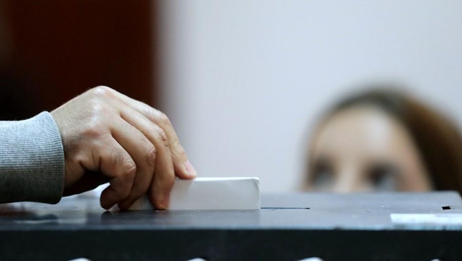 Televisões apenas podem revelar projeções de resultados à boca das urnas uma hora depois do que é habitual