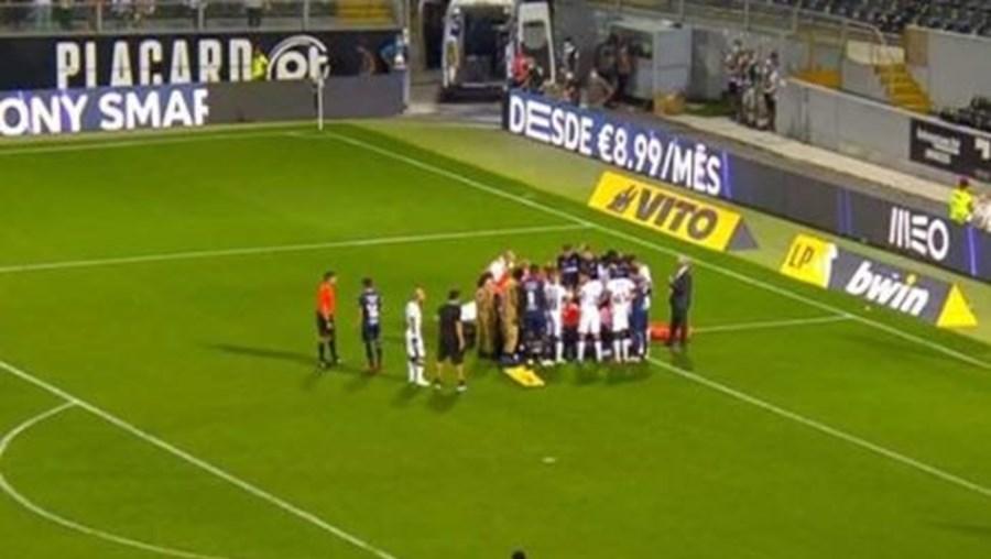 Choque de cabeças deixa jogador do V. Guimarães inanimado em campo