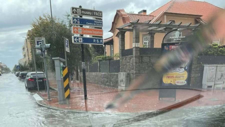 Ruas de Espinho inundadas devido às fortes chuvadas