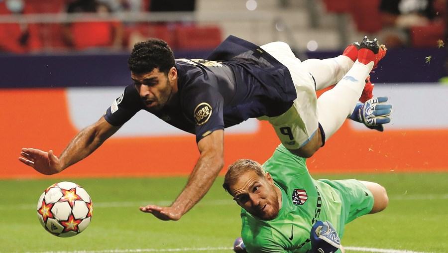 Taremi marcou mas na queda raspou com a mão direita na bola e o VAR anulou o golo