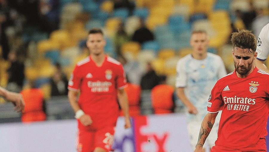 Momento em que Rafa é atingido na perna esquerda, no jogo de Kiev