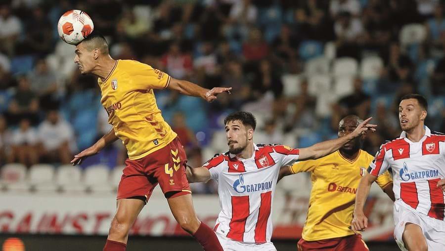 Diogo Leite, defesa do Sp. Braga, antecipa-se ao adversário e ganha a bola com um corte vistoso de cabeça