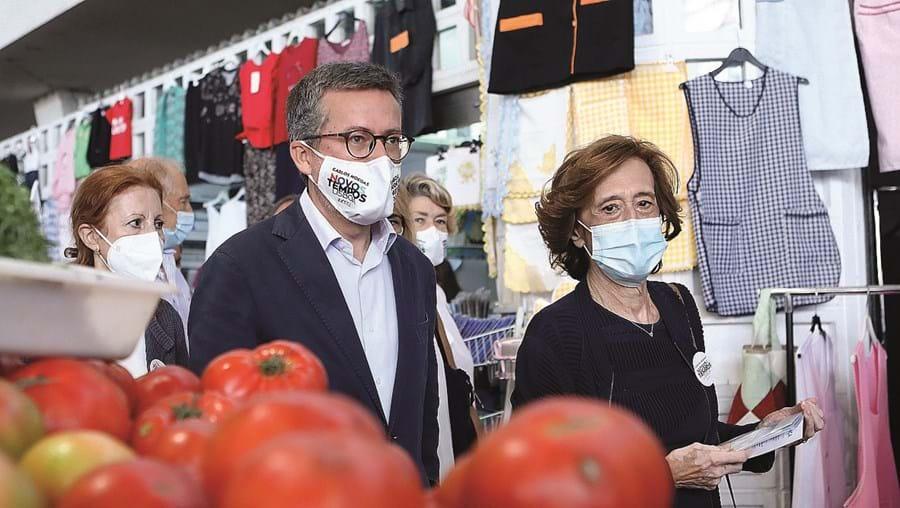 Ferreira Leite com o candidato do PSD a Lisboa no Mercado de Alvalade