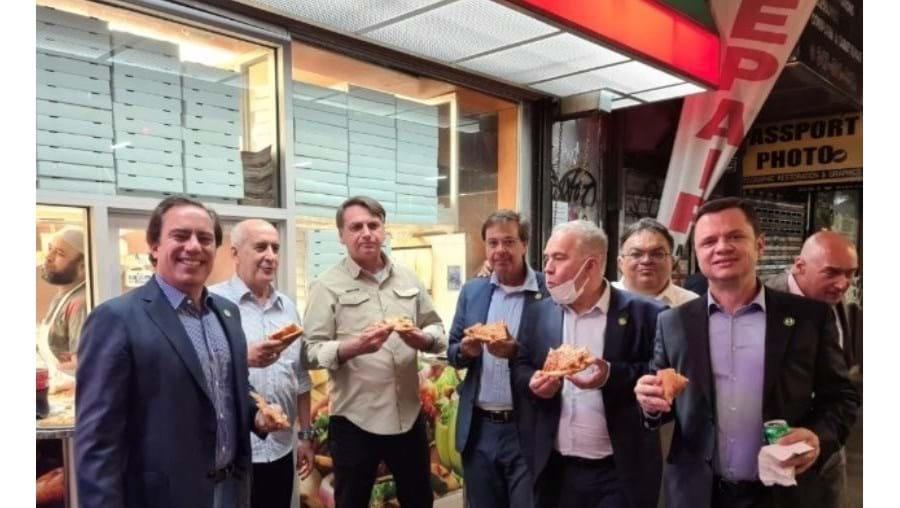 Bolsonaro come na rua em Nova Iorque