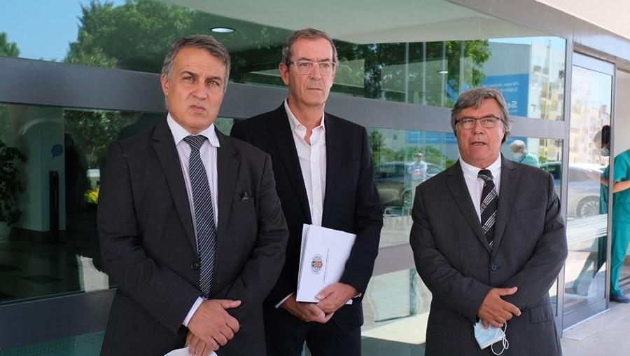 Bastonário Miguel Guimarães (ao centro), Alexandre Valentim Lourenço (à esquerda) e Daniel Travancinha