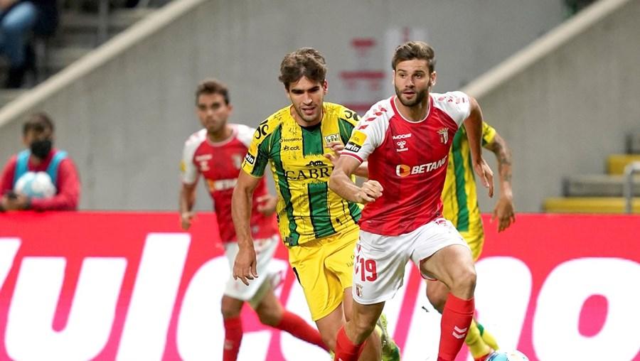 Mario González conduz mais uma jogada de ataque do Sp. Braga