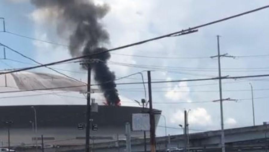 Fogo no Caesars Superdome em Nova Orleães