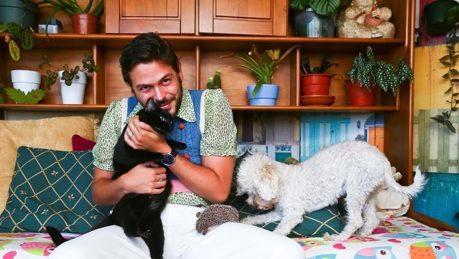 """Zé Manel com a gata Úrsula, o ouriço Emília e a cadela Maggie: """"Estou descansado com o caráter afetivo dos meus animais"""""""
