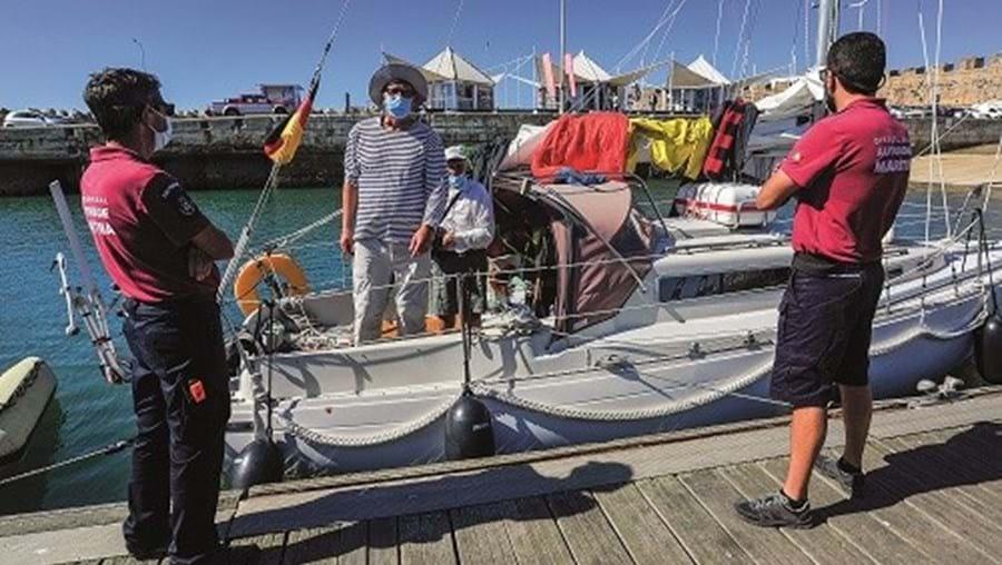 "Tripulantes do veleiro ""Barbarella"" no porto de Peniche"