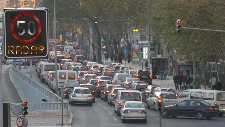 Velocidade vai passar a ser controlada por radares de nova geração, capazes de detetar carros em várias faixas.