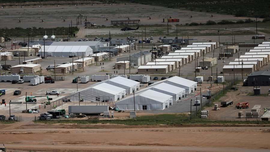 Mulher estava a ajudar os refugiados vindos do Afeganistão para os EUA, em Fort Bliss.