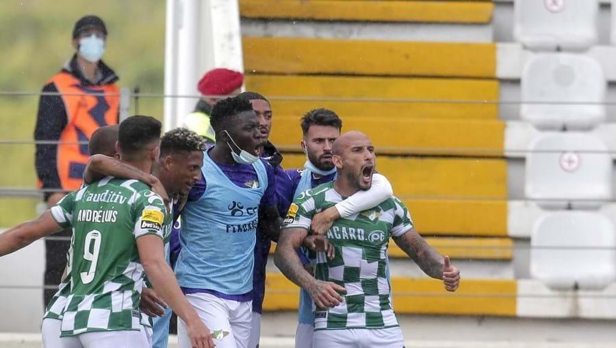 Walterson Silva (2-E), do Moreirense, festeja após marcar um golo, durante o jogo da Primeira Liga de Futebol entre o cluube e o Arouca