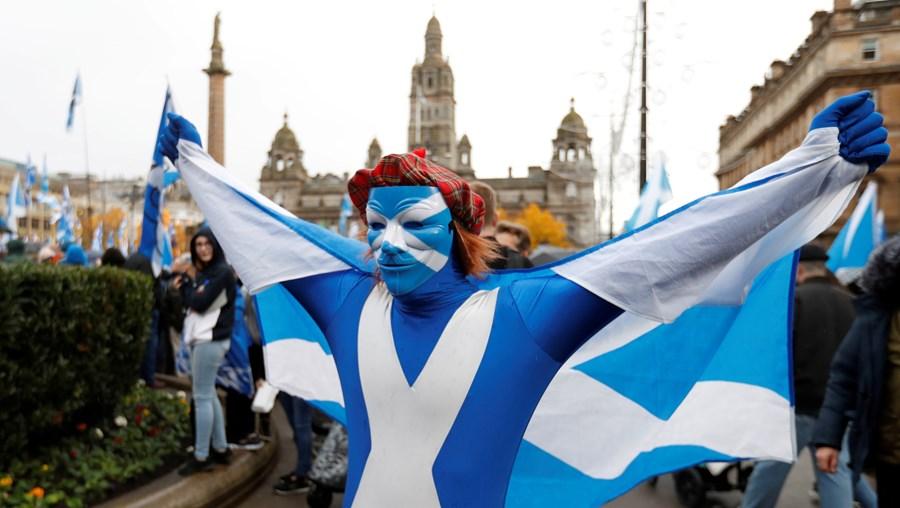 Manifestantes numa marcha independentista em Glasgow, na Escócia
