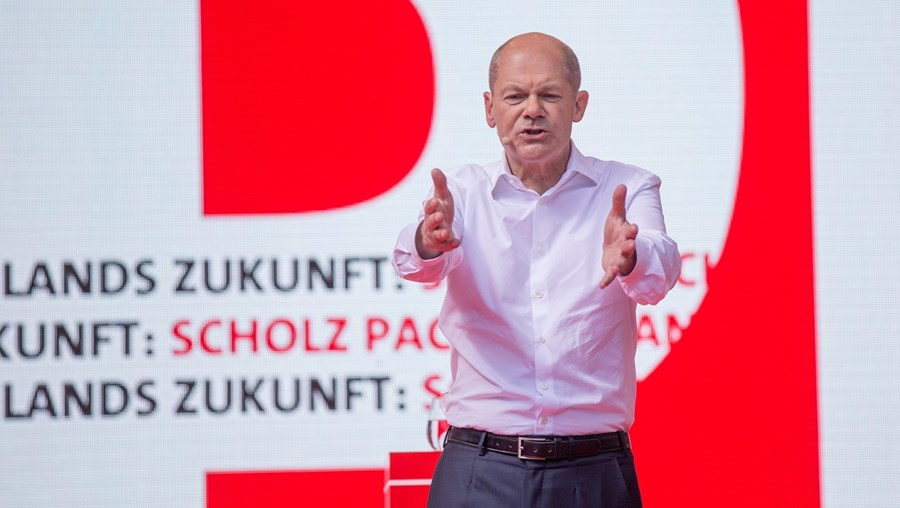 Olaf Scholz , do SPD, está ligeiramente à frente nas sondagens