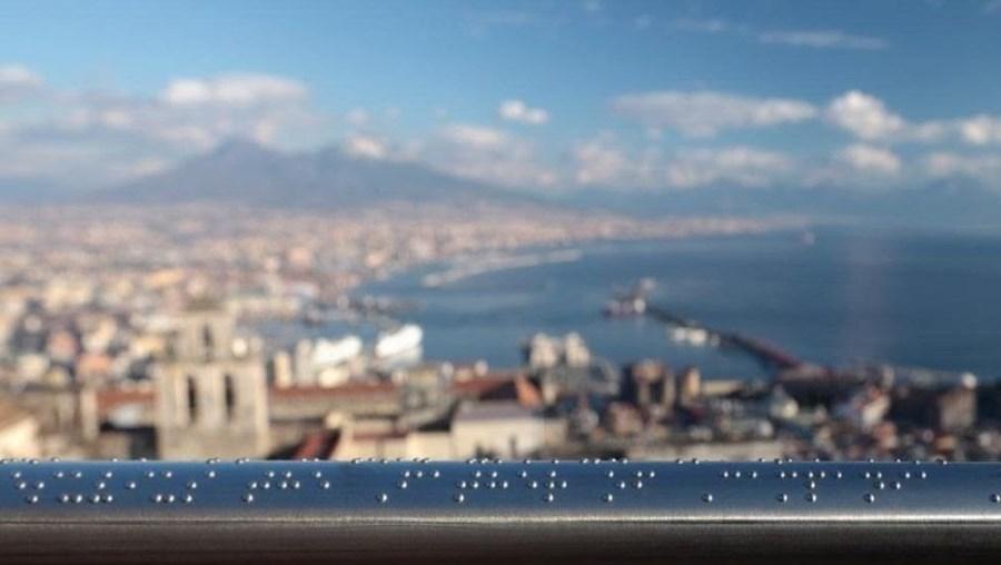Corrimão em Braille num miradouro de Itália descreve a paisagem aos cegos