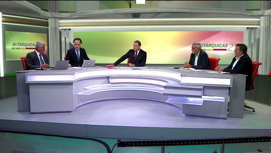 José Carlos Castro com o painel de comentadores durante emissão especial