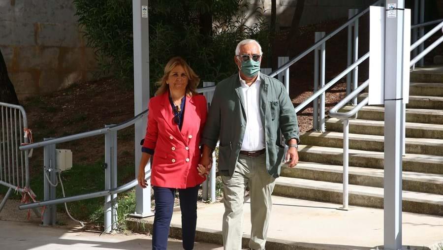 António Costa e a sua mulher, Fernanda Mateus, durante a manhã de ontem, antes de votarem, em Benfica
