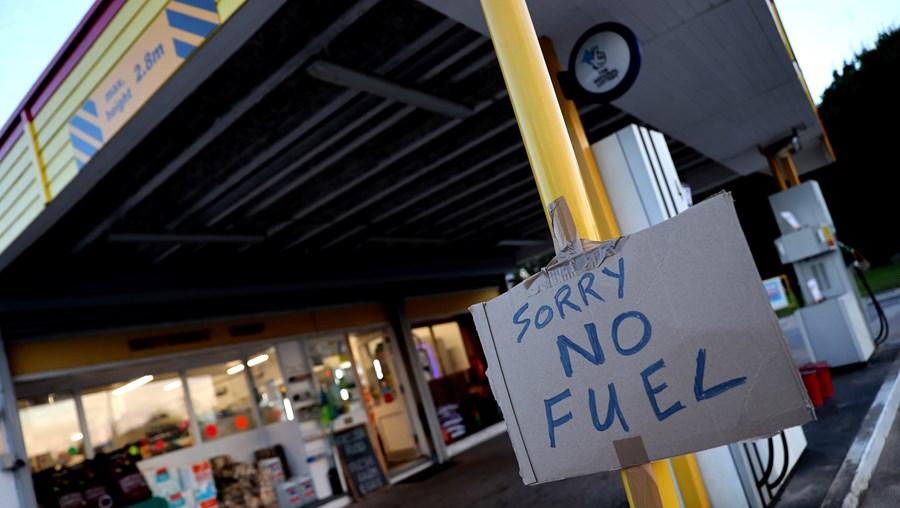 Um posto de gasolina com aviso de falta de combustível em Leicestershire
