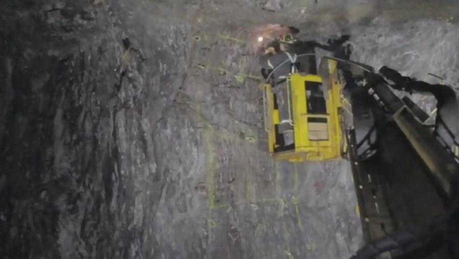 Operações de resgate pelos mineiros no local