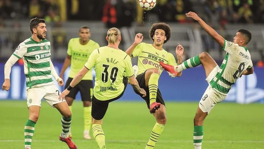 O médio  leonino Matheus  Nunes (dir.) tenta roubar a bola a Witsel e Wolf perante o olhar de Paulinho (esq.)
