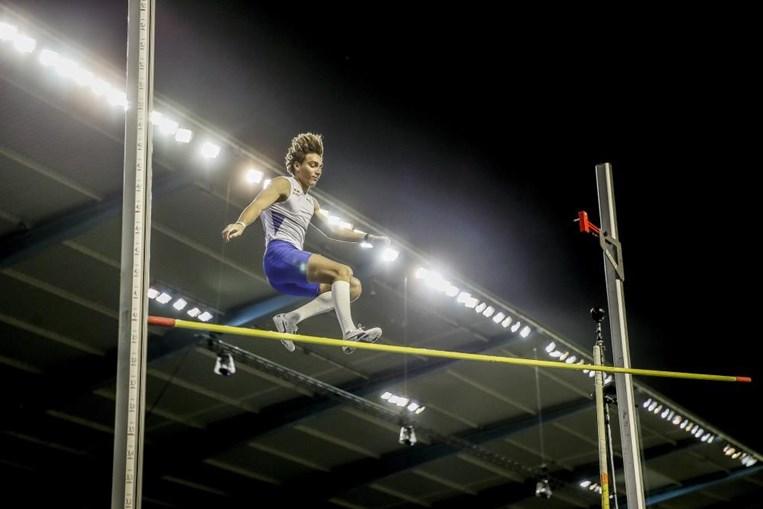 Armand Duplantis durante a competição da Liga de Diamante