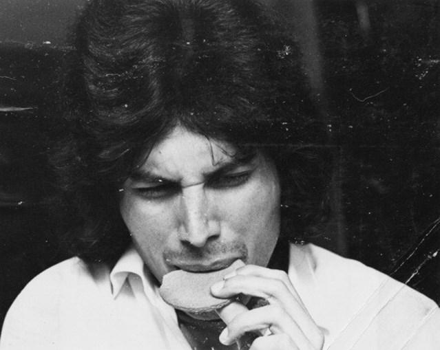 1969: Freddie foi apanhado a comer um biscoito no Ealing Art College, a faculdade de artes em Londres onde era estudante.