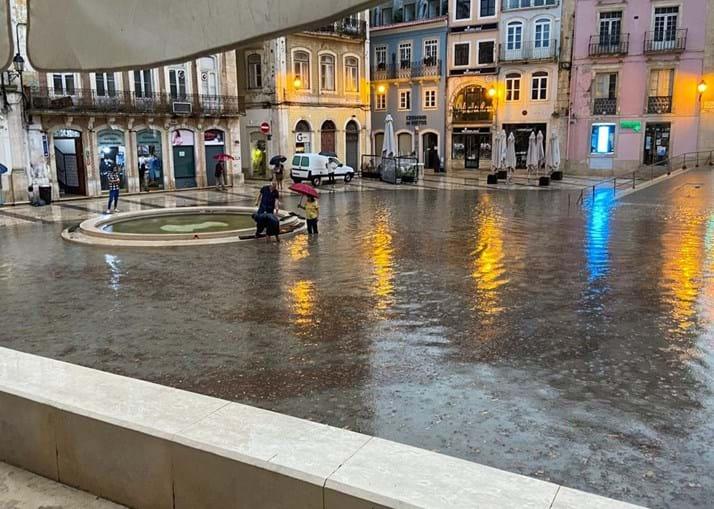 Em Coimbra, a Praça 8 de Maio ficou inundada