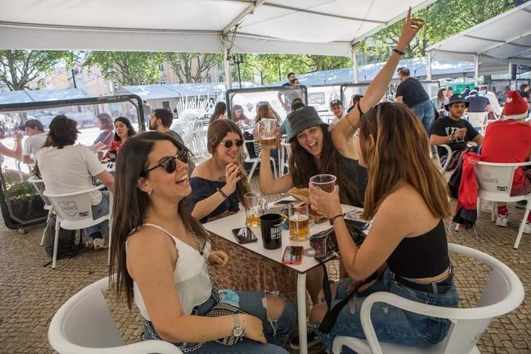 Portugueses gastaram mais 93 milhões de euros em refeições e alojamento em agosto deste ano comparado com o período homólogo