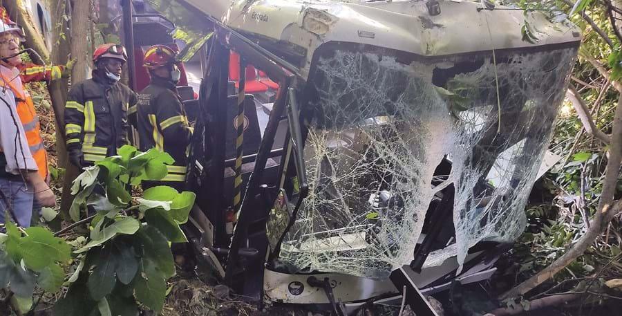 Primeiro passageiro a sair usou abertura no vidro da frente para escapar