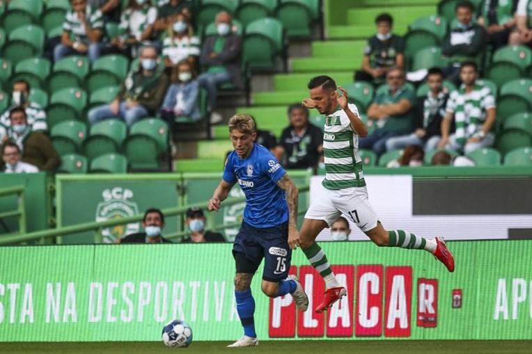 Pablo Sarabia, do sporting (direita) luta pela bola contra Ivan Rossi (esquerda), do marítimo no jogo da I Liga