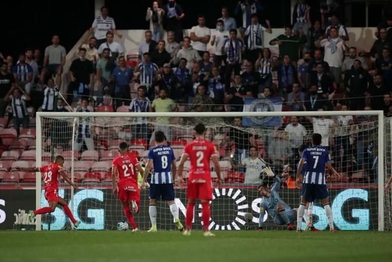 Samuel Lino (esquerda), do Gil Vicente marca um golo frente ao FC Porto