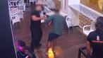 Imagens mostram momento em que segurança agride homem com violência numa discoteca em Albufeira