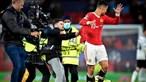 Adepto tenta arrancar camisola a Cristiano Ronaldo em invasão de campo no final do jogo do Manchester United