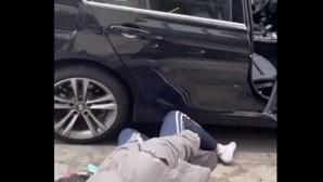 Homem cai do 9º andar de um arranha-céus para cima de um carro... e sobrevive