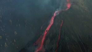 Rio de lava do vulcão de La Palma arrasta blocos de magma do tamanho de prédio de três andares