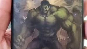 Homem baleado em assalto protegido pelo telemóvel com capa do Incrível Hulk