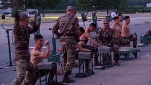 Dobrar barras de metal e partir blocos de tijolo: militares norte-coreanos dão espetáculo de artes marciais extremas