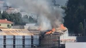 Incêndio deflagra nas futuras instalações da Câmara da Trofa. Veja as imagens