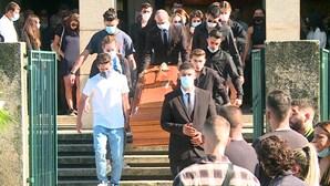 Familiares e amigos no último adeus a jovem morto junto a discoteca no Porto