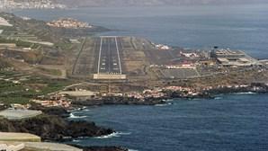Voos de e para o aeroporto de La Palma cancelados devido a nuvem de cinza vinda de nova 'boca' do vulcão