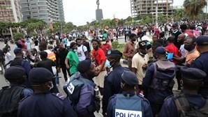 """Milhares marcham em Luanda gritando """"fora, MPLA"""" e defendendo líder deposto da UNITA"""