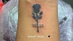 Amigos de jovem estudante que morreu na noite do Porto tatuam rosa negra