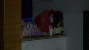 """""""Doentes ao abandono"""": Utentes passam noites na rua para conseguirem consultas no Centro de Saúde do Carregado"""