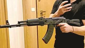Homens filmam-se a disparar com metralhadora que veio pelo correio