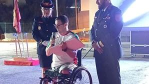 Bombeiros de Camarate homenageiam atleta paralímpico Norberto Mourão