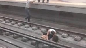 Polícias resgatam mulher após cair à linha do metro em Lisboa. Veja o vídeo