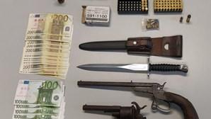 Suspeito de violência doméstica é detido por posse ilegal de armas