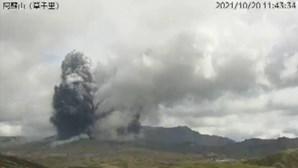 Vulcão japonês entra em erupção e obriga à retirada de turistas da zona. Veja as imagens