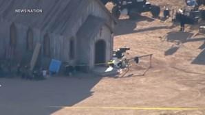 Alec Baldwin mata acidentalmente diretora de fotografia durante gravação de filme