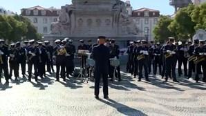 Bandas da Força Aérea e da Armada enchem o Rossio de música em homenagem às vítimas da pandemia